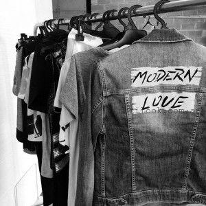 campara de jeans con frases - Adelanto coleccion Clara Ibarguren primavera verano 2016