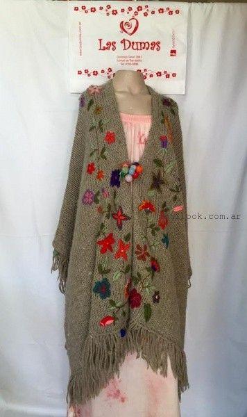 poncho tejido y bordado artesanal Las Dumas invierno 2016