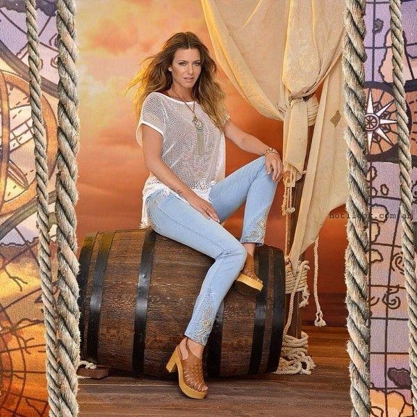 look con jeans bordado y blusa en red Moravia jeans verano 2017