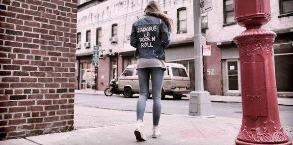 campera de jeans con impresiones Diosa Luna otoño invierno 2017