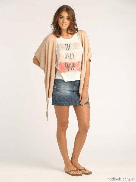 minifalda de jeans con gastados y remera casual con impresiones Sail primavera verano 2018