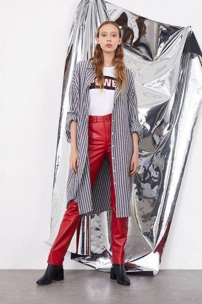 pantalon de cuero rojo y camisa larga a rayas Complot primavera verano 2018