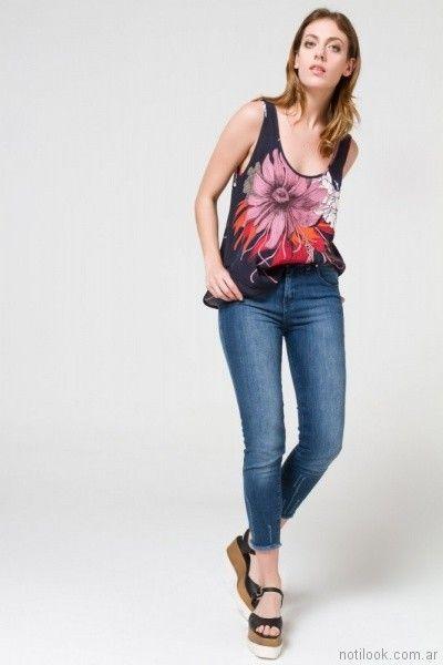 pantalon de jeans y remera musculosa con flores Desiderata primavera verano 2018