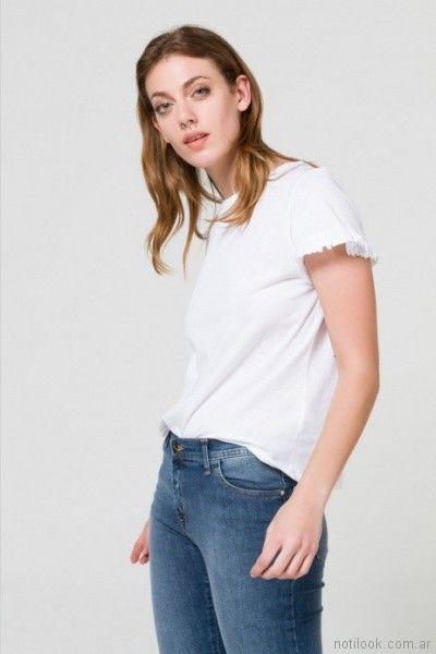 remera basica con voladitos en terminacion y jeans clasico Desiderata primavera verano 2018