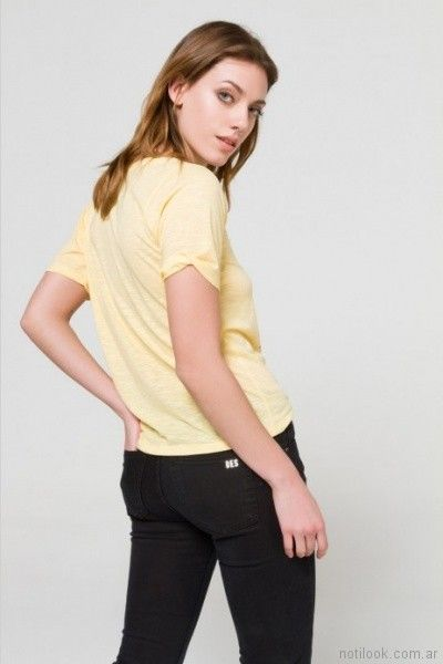 remera con impresiones y jeans negro Desiderata primavera verano 2018