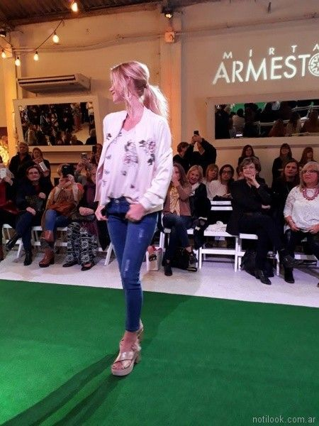 saquito bordado y jeans con roturas Mirta Armesto primavera verano 2018