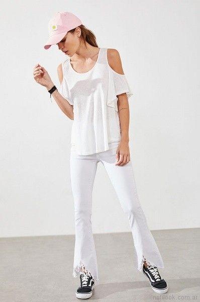 jeans desflecado y blusa con recorte en hombros Rie Verano 20187