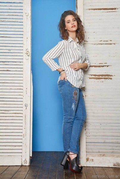 look casual con jeans y camisa a rayas mujer moravia Jeans bordado primavera verano 2018