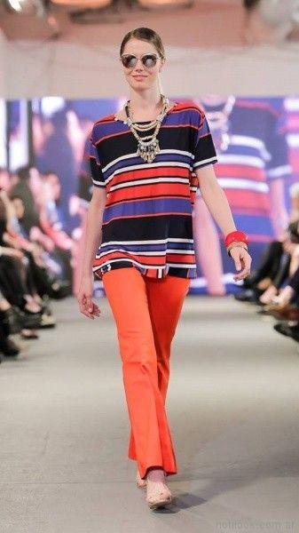 pantalones de colores y remera a rayas de seda fria para señoras adriana costantini verano 2018