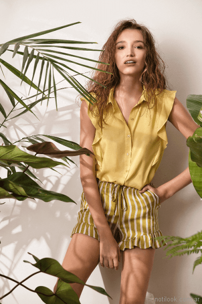 short a rayas y blusa con volados System basic primavera verano 2018