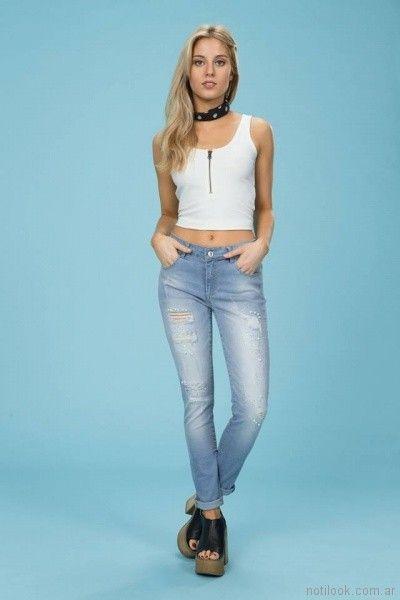 top con cierre y jeans rotos Tabatha Jeans verano 2018