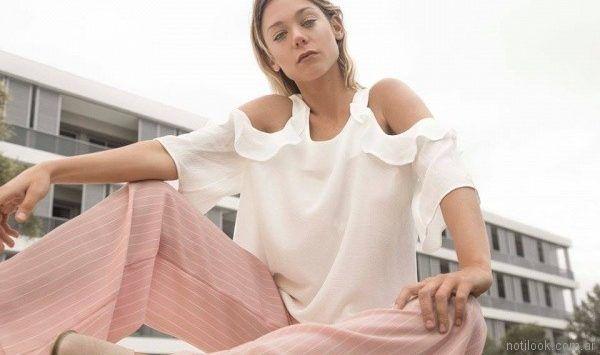 blusa con recortes en hombros y volados con pantalon crepe rosa palido Uvha verano 2018