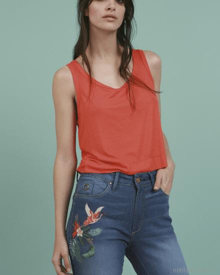 jeans tiro alto con bordado en hilos Oassian primavera verano 2018
