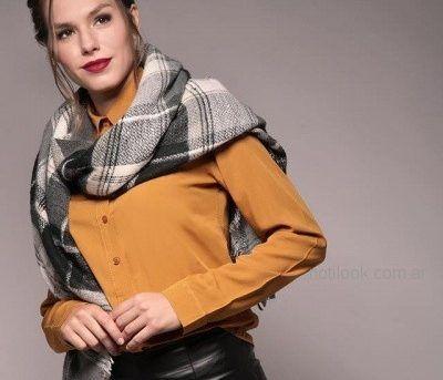 camisa mostaza camel mujer con pantalon engomado Brandel invierno 2018