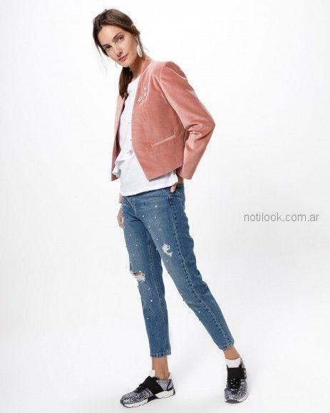 jeans con roturas y saco gamuzado Desiderata otoño invierno 2018