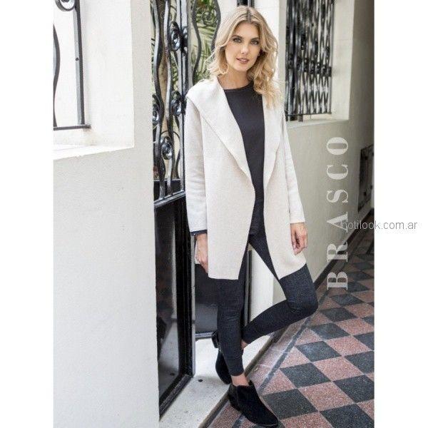 pantalon chupin elastizado y saco blanco Brasco otoño invierno 2018