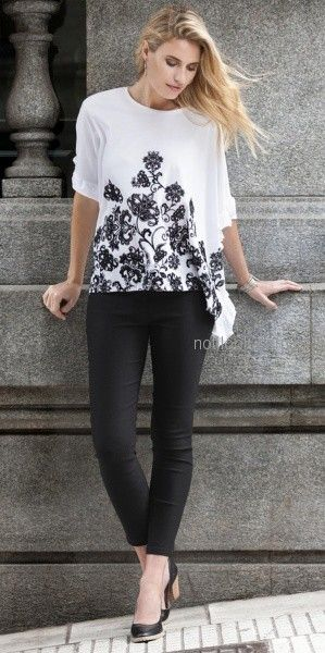 blusa blanca con bordado negro y calza negra Normandie invierno 2018