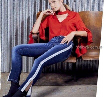 blusa de seda roja con mangas y jeans con recorte en el ruedo ossira invierno 2018