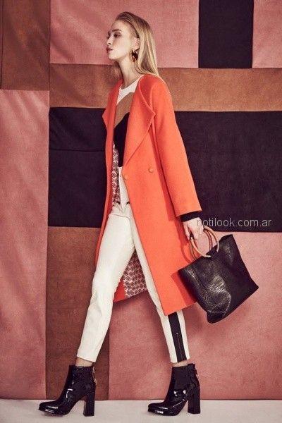 pantalon con franjas laterales remera mangas largas y tapado de paño naranja Clara Ibarguren otoño invierno 2018