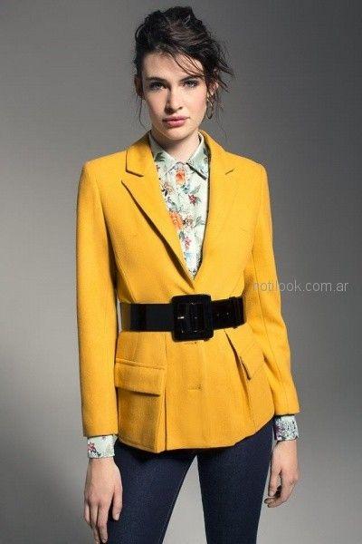 blazer amarillo con camisa estampada mujer Cacharel argentina invierno 2018