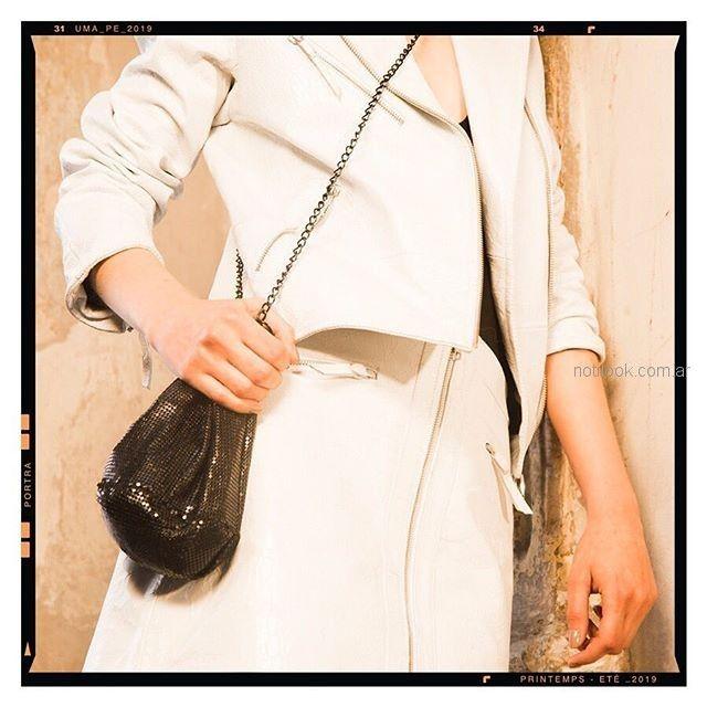 Campera y minifalda de cuero blanca Uma Verano 2019