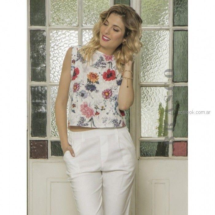 blusa plumeti estampada y pantalon blanco brasco verano 2019