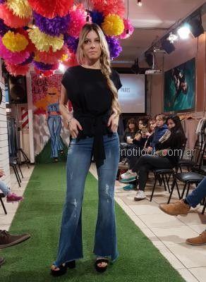 jeans oxford con blusa negra Abstracta primavera verano 2019