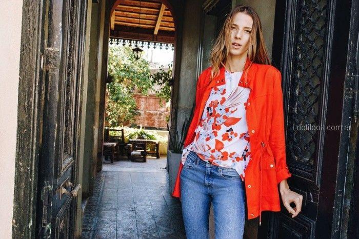 jeans clasico blusa blanca con estampa roja parka roja liviana Kill verano 2019