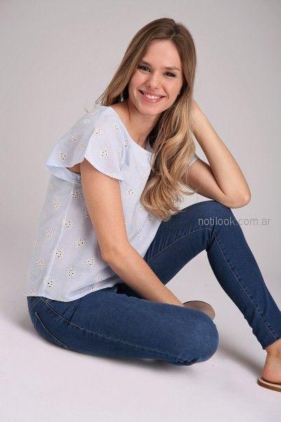 jeans y blusa de broderie Brandel primavera verano 2019