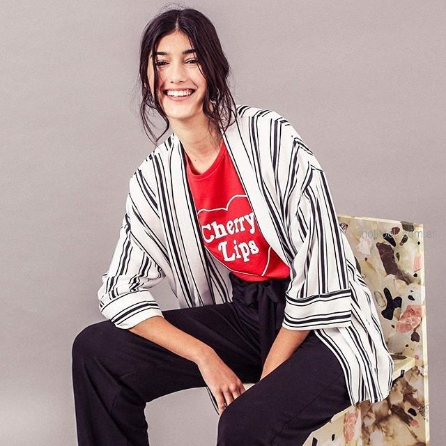 kimono a rayas y pantalon negro yagmour verano 2019