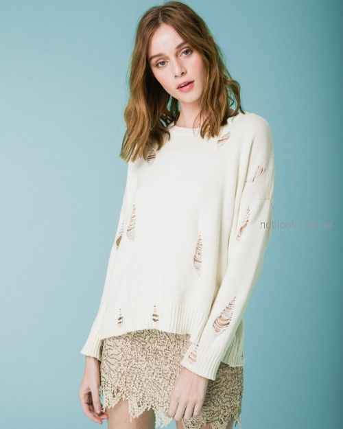 minifalda de encaje y sweater con roturas Wanama primavera verano 2019