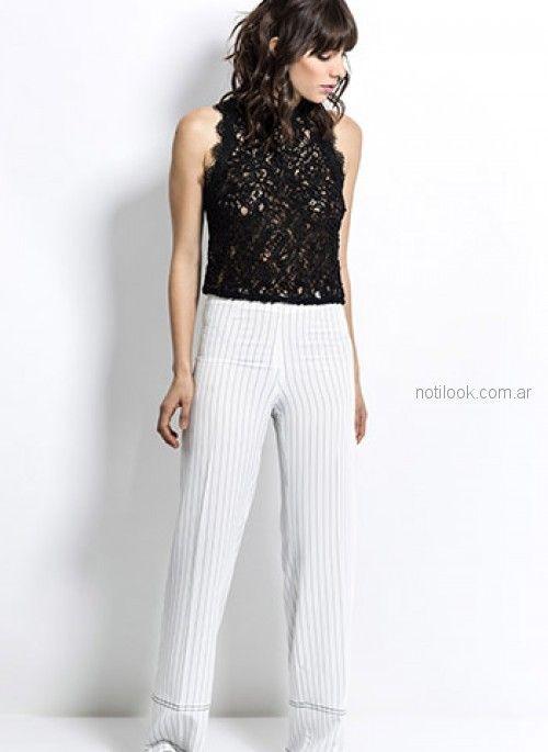 pantalon blanco con rayas y blusa de encaje negra look