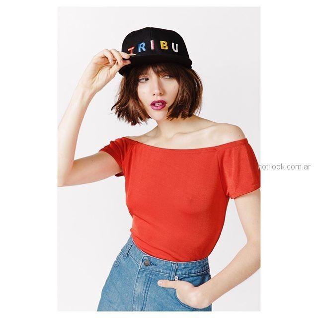 remera roja y minifalda jeans Sofia Caputo primavera verano 2019