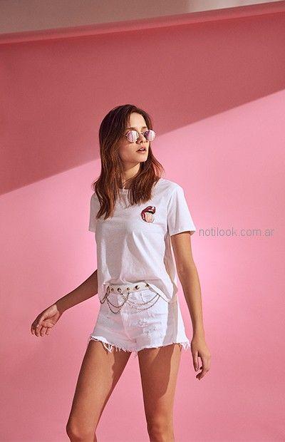 short jeans blanco con tachas y cadena Delaostia primavera verano 2019
