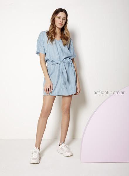 vestido corto con lazo y zapatillas Nucleo primavera verano 2019