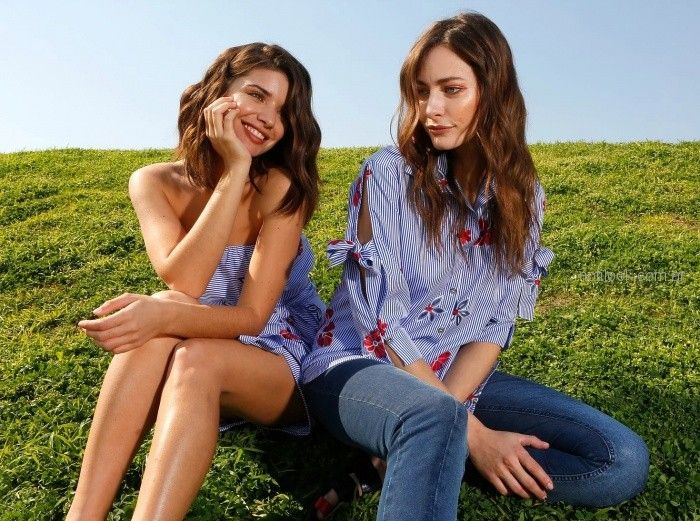 camisa a rayas con flores y jeans AnnA Rossatti verano 2019
