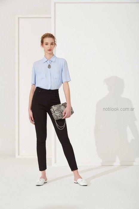 jeans negro y camisa celeste mujer Carmela Achaval primavera verano 2019