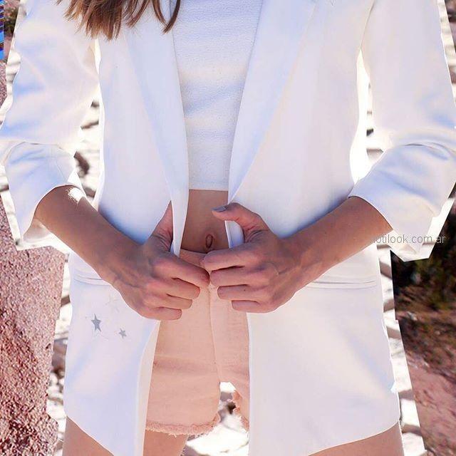 look short jeans rosa y balzer blanco Zhoue verano 2019