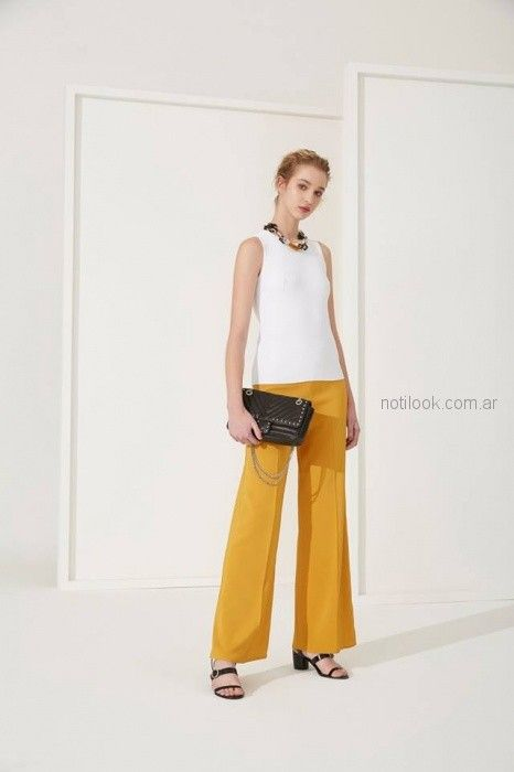 musculosa blanca y pantalon mostaza Carmela Achaval primavera verano 2019