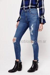 O Jeans tiro medio chupin roturas ruedo desflecado Las oreiro verano 2019