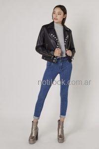 Viga jeans con campera de cuero look denim invierno 2019