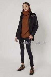 Viga jeans con polera tejida y campera impermeable look denim invierno 2019
