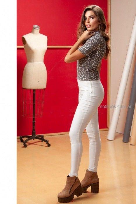 jeans blanco y remera animal print otoño invierno 2019 NMD Normandie