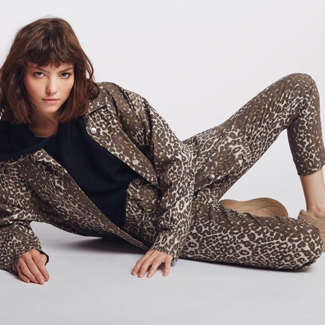 campera y jeans leopardo Sofia Caputo invierno 2019
