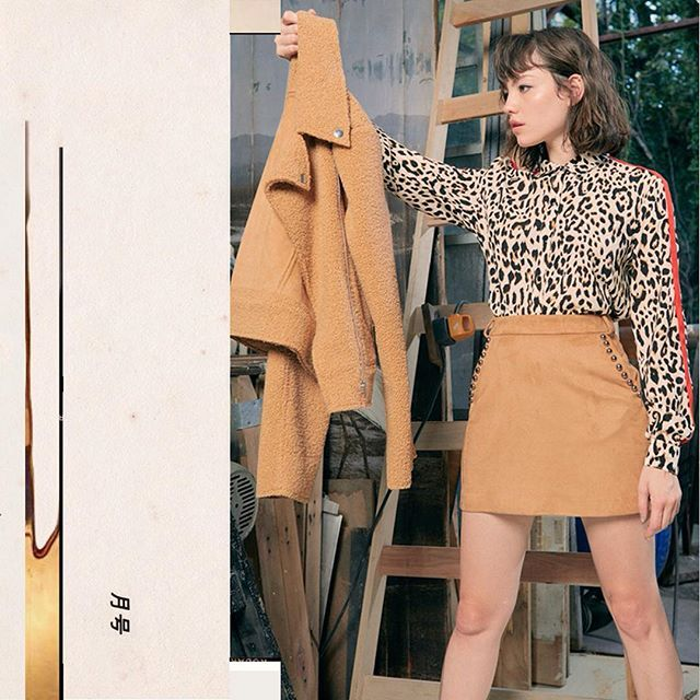 minifalda con camisa leopardo Rie otoño invierno 2019