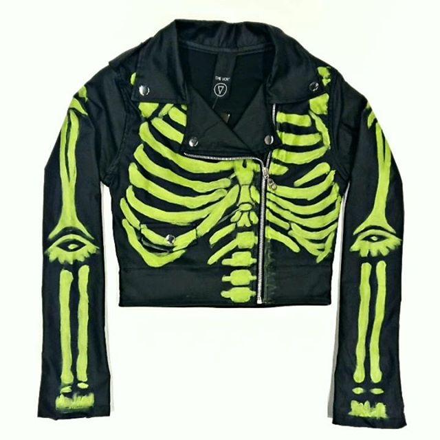 campera de cuero esqueleto look rockero the vox invierno 2019