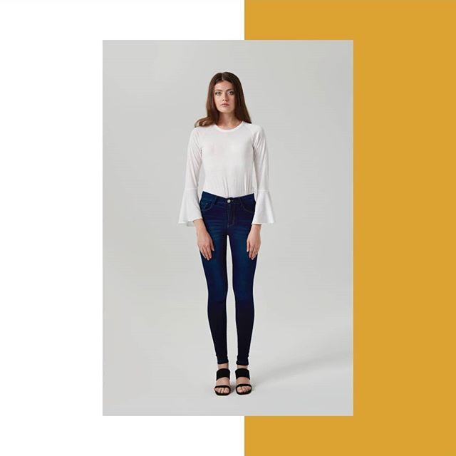 jeans y remera con mangas acampanadas Abstracta invierno 2019