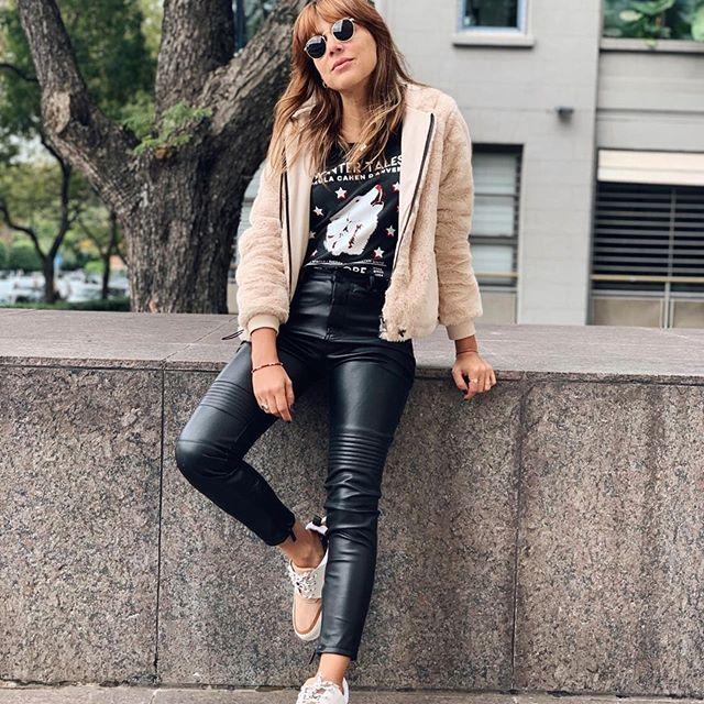 look casual con pantalon engomado Paula Cahen D Anvers invierno 2019