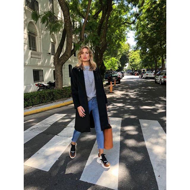 look casual urbano con tapado negro Benjamina invierno 2019 1