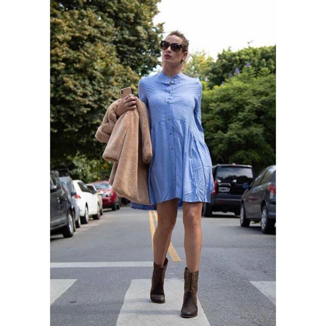 look con vestido camisero corto y botas Benjamina invierno 2019